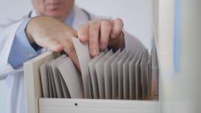 Beeld met Ernstige Arts Searching Contracts en Geneesmiddelen Verslagen stock afbeeldingen