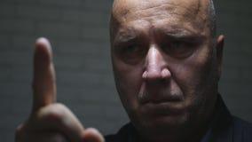Beeld met Verstoorde Businessperson Warn Gestures Pointing met het Teken van de Vingeraandacht stock foto