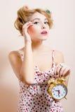 Beeld van aantrekkelijke grappige jonge blonde pinupvrouw die met alarm-klok cameraportret bekijken Royalty-vrije Stock Afbeeldingen