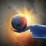 Beeld van aardeplaneet op hand stock fotografie