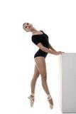 Beeld van artistieke ballerina die in studio dansen Stock Foto's