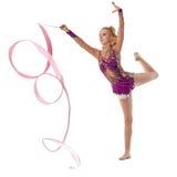 Beeld van artistieke turner die met lint dansen Royalty-vrije Stock Afbeeldingen