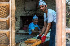 Beeld van bakkers in een traditionele Turkse bakkerij in Istanboel Stock Foto