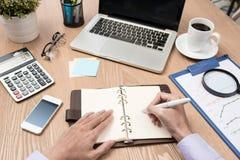Beeld van bedrijfshanden met pen over bedrijfsdocument in worki Royalty-vrije Stock Foto's