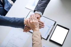 Beeld van bedrijfsmensen die en bij handen aansluiten samenbrengen zich tijdens hun vergadering, verbindings en samenwerkingsconc stock afbeeldingen