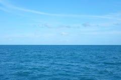 Beeld van blauwe overzees met blauwe hemel Stock Fotografie