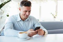Beeld van blije rijpe mensenzitting alleen in stadskoffie met kop o Stock Fotografie