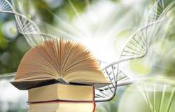 beeld van boek op DNA-kettingsachtergrond Stock Foto