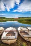 Beeld van boten aan wal het meer in Tihany Hongarije Stock Afbeelding