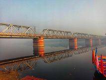 Beeld van brug op Yamuna-Rivier in Vishram Ghat, Mathura stock foto
