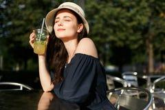 Beeld van brunette in hoed met glas Royalty-vrije Stock Afbeeldingen