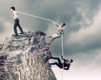 Drie bedrijfsmensen die kabel trekken Royalty-vrije Stock Foto's