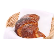 Beeld van croissant met papaver in een mand Stock Afbeeldingen
