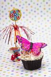 beeld van cupcake met miniatuur van vlinder en gelukkige verjaardag Stock Foto