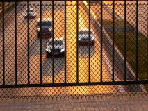 Beeld van de barrière van de metaalveiligheid op brigde boven weg met onscherpe auto's op de achtergrond royalty-vrije stock foto's