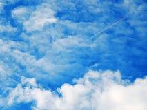 Beeld van de blauwe hemel met bloederige wolken Stock Foto's