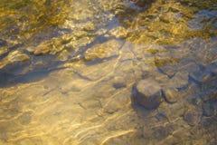Beeld van de bodem van de rivier om onder water stock fotografie