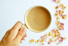 Beeld van de herfstachtergrond met droge rozen en kop koffiewi stock fotografie