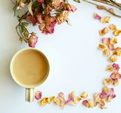 Beeld van de herfstachtergrond met droge rozen en kop koffiewi royalty-vrije stock afbeeldingen