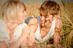 Beeld van de jonge mens en vrouw op tarwegebied Royalty-vrije Stock Foto's