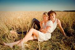 Beeld van de jonge mens en vrouw op tarwegebied Royalty-vrije Stock Afbeelding