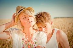 Beeld van de jonge mens en vrouw op tarwegebied Stock Foto