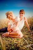 Beeld van de jonge mens en vrouw op tarwegebied Stock Afbeeldingen