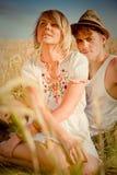 Beeld van de jonge mens en vrouw op tarwegebied Stock Fotografie