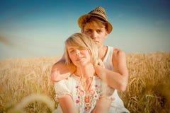 Beeld van de jonge mens en vrouw op tarwegebied Stock Afbeelding