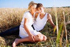 Beeld van de jonge mens en vrouw op tarwegebied Royalty-vrije Stock Foto
