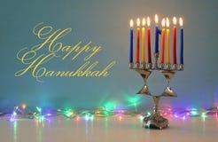Beeld van de Joodse achtergrond van de vakantiechanoeka met menorah & x28; traditionele candelabra& x29; en brandende kaarsen stock fotografie