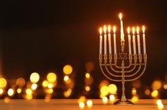 Beeld van de Joodse achtergrond van de vakantiechanoeka met menorah & x28; traditionele candelabra& x29; en kaarsen royalty-vrije stock fotografie
