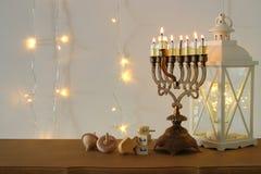 Beeld van de Joodse achtergrond van de vakantiechanoeka met traditionele spinnigbovenkant, menorah & x28; traditionele candelabra royalty-vrije stock fotografie