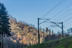Beeld van de kabels van de treinsporen vanuit een lager perspectief stock foto