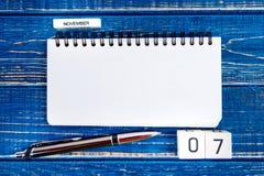 Beeld van 7 de kalender van november op blauwe achtergrond Verkiezingsdag Stock Foto's