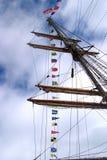 Beeld van de mast van een varend schip met signaalvlaggen Royalty-vrije Stock Foto