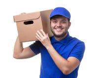 Beeld van de mens in blauwe T-shirt en honkbal GLB met kartondoos bij schouder de status royalty-vrije stock afbeelding