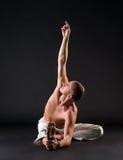 Beeld van de naakt-chested mens die yoga in studio doen Stock Foto's