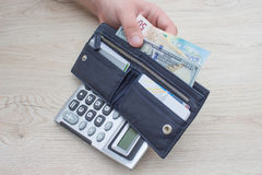Beeld van de portefeuille van de mensenholding met bankbiljetten Royalty-vrije Stock Foto