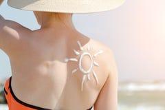 Beeld van de zon op de rug van een meisje Sluit omhoog stock afbeeldingen