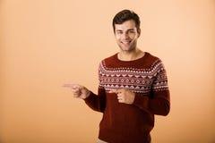 Beeld van donkerbruine mensenjaren '20 met varkenshaar die gebreide sweater p dragen stock fotografie