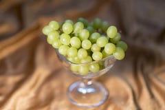 Beeld van Druiven in Glas op een Gele Achtergrond 2019 stock fotografie