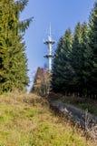 Beeld van een communicatie toren naast een weg royalty-vrije stock foto