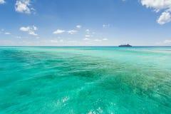 Beeld van een cruiseschip die volgens de kustlijn varen Royalty-vrije Stock Foto