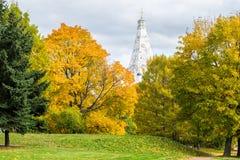 Beeld van een de herfstmening van de Kerk van de Beklimming in Kolomenskoye, Moskou Stock Foto's