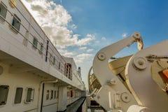 Beeld van een deel van een cruiseschip met zijn reddingsboten stock afbeelding