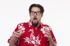 Beeld van een doen schrikken jonge mens in Hawaiiaans overhemd royalty-vrije stock foto