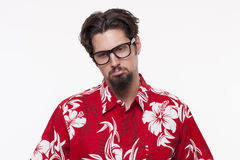 Beeld van een droevige mens in Hawaiiaans overhemd tegen wit royalty-vrije stock afbeelding