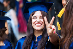 Beeld van een gelukkige jonge gediplomeerde Stock Afbeelding