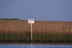 Beeld van een gepost teken in het moeras in Zuid-Louisiane Stock Foto's